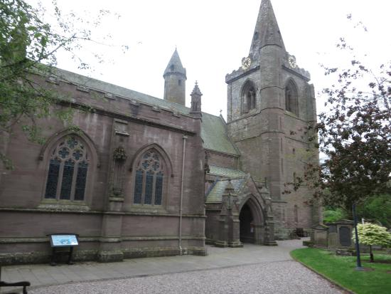 Brechin, UK: The cathedral from the entrance to the grounds