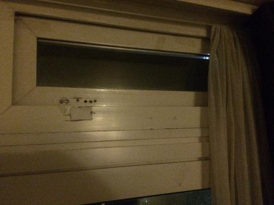 """Batheaston, UK: A window thats impossible to close in this """"Superior twin room"""""""