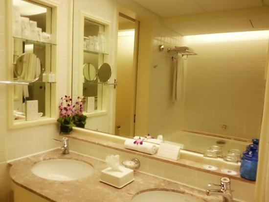 Love the bathroom picture of hotel istana kuala lumpur for Design hotel kl