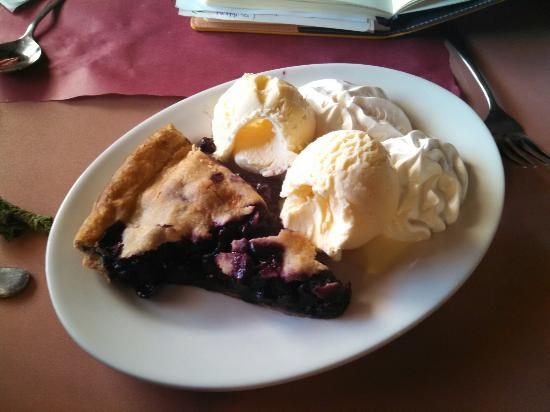 Brooklyn, CT: Warm blueberry pie with cream and ice cream!!!!!!