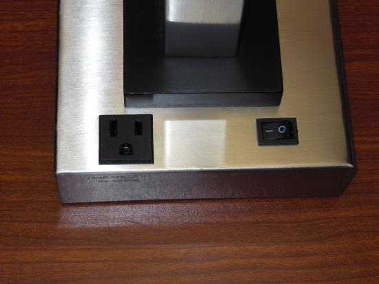 BEST WESTERN Wytheville Inn: AC electrical outlets on base of lamp