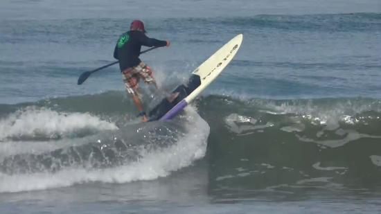 Pavones, Costa Rica: Instructor Shawn catches waves with his guests.