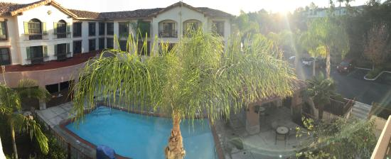 Courtyard by Marriott Thousand Oaks: View from Our Room (Remodeled One)