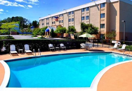 Outdoor pool picture of fairfield inn portsmouth seacoast portsmouth tripadvisor for Hotels in portsmouth with swimming pool