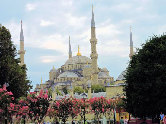 The Blue Mosque Behind the Square - Picture of Sultanahmet ...
