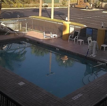Yulee, FL: Looking down to the pool.