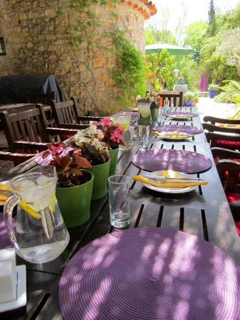 Besse-sur-Issole, France: Outdoor dining available also.