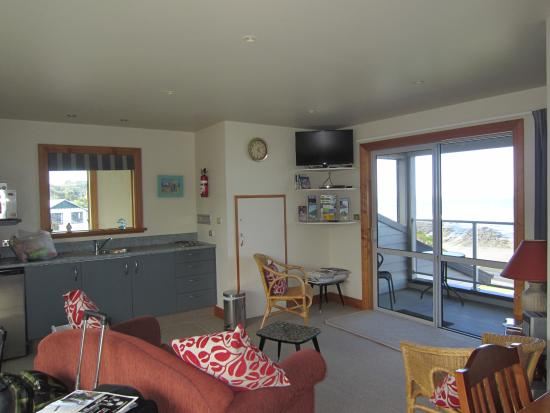 Kaka Point, New Zealand: kitchen and living room
