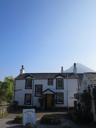 Loweswater, UK: Historic pub, the Kirkstile Inn.