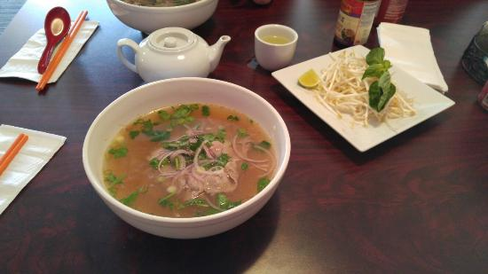 Getzville, NY: Small thin beef pho and green tea
