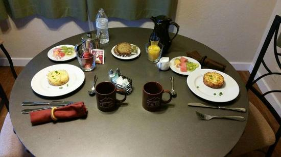 Lakehead, CA: Our stay included breakfast brought to our cabin and it was as delicious as it was beautiful.