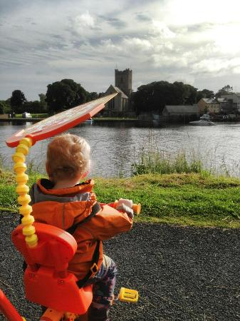 Killaloe, Ireland: Picture on lakes edge in Park (with playground)