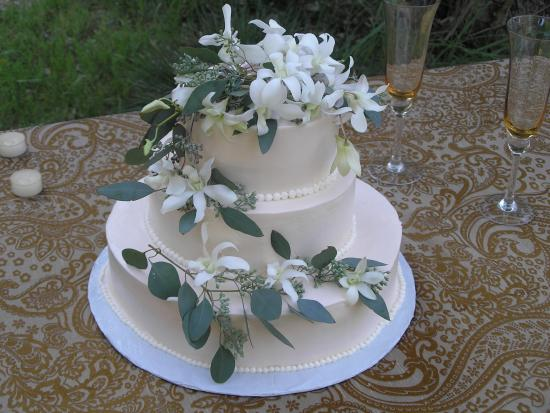 Lotus, CA: Summer wedding cake. Sierra Rizing