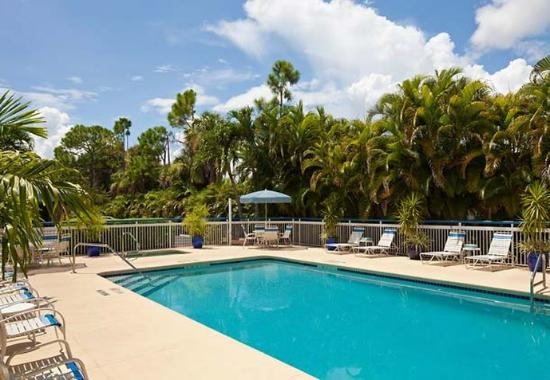 Outdoor pool whirlpool picture of fairfield inn for 7090 cypress terrace fort myers