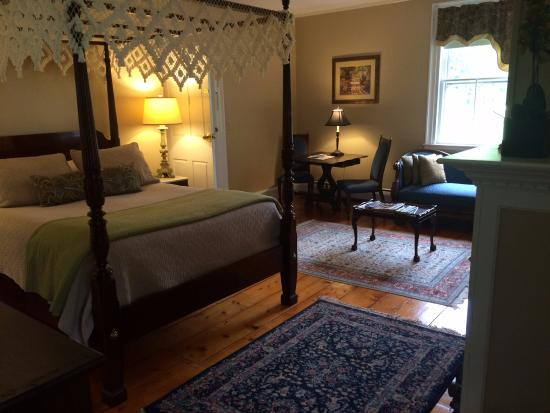 South Lee, MA: spacious with gas firelace