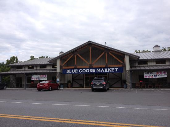 Hancock, MD: Front of Blue Goose Fruit Market And Bakery