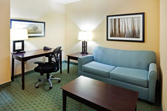 Newport, TN: Living space with work desk.Conduct business & watch tv
