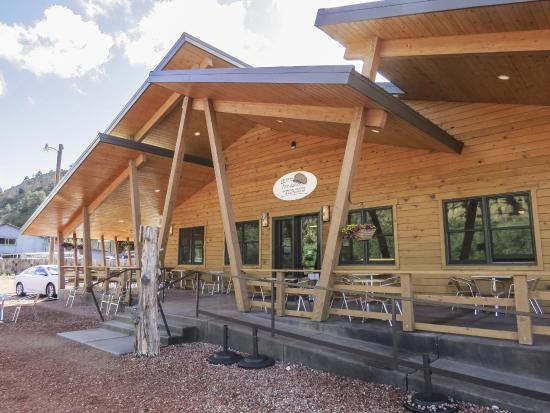 Orderville, UT: Nice architecture with covered outdoor seating area