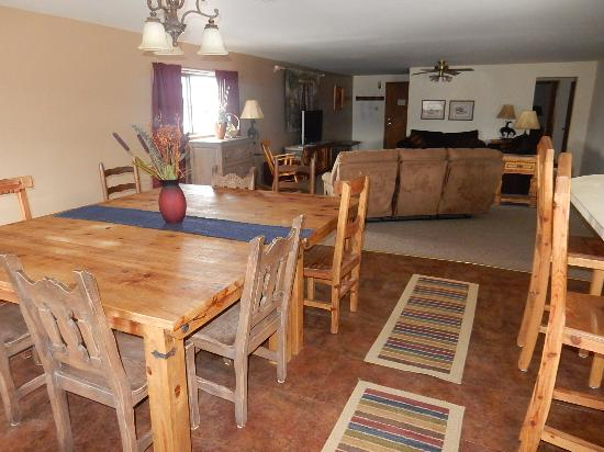 Eagle Nest, NM: spacious rooms for families or groups
