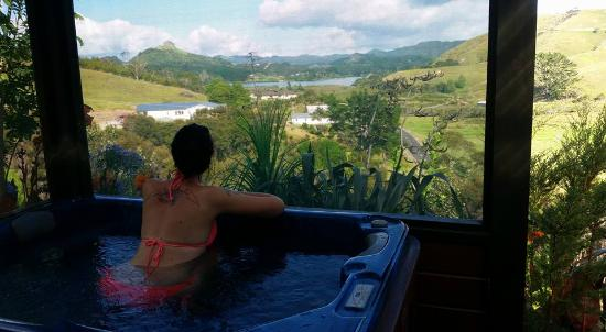 Whangaroa, New Zealand: Spa overlooking such a wonderful view.