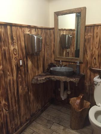 Chadds Ford, PA: Even the (spotless) restroom is decorated country style