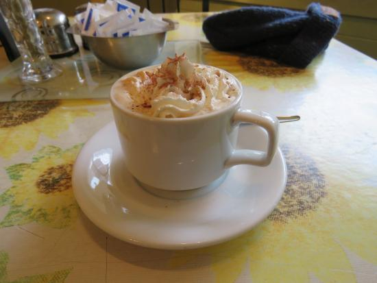 Linlithgow, UK: latte with cream