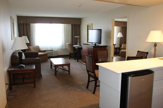Lakewood, CO: Large 2 room suite - parlor area