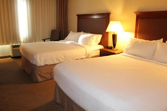 Lakewood, CO: Whether traveling with 2 - 4 persons rooms provide plenty of space