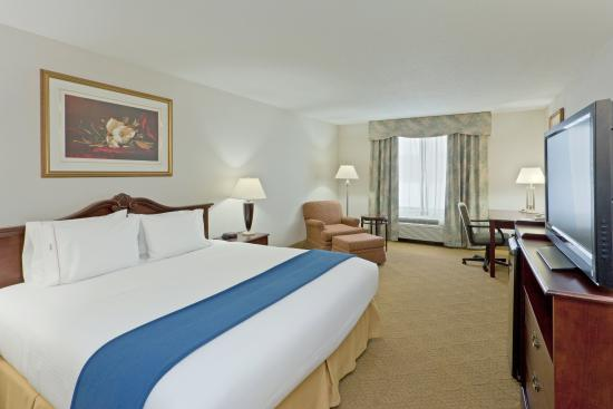 Newton Falls, OH: King Bed Guest Room