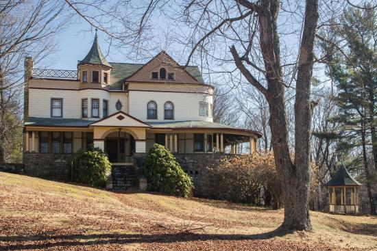 Eagles Mere, PA: One of the really beautiful large victorian homes, many of which are B&Bs.