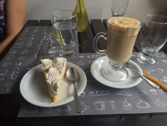 Province of Heredia, Costa Rica: Hot coffee and cool and smooth lemon meringue cake are perfect for the breezy days in the Heredi