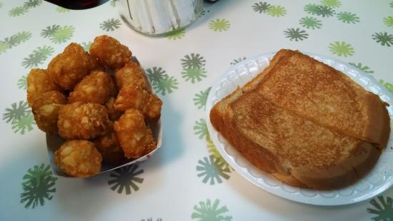 West Jefferson, NC: Great afternoon snack.  Cheap, fresh-off-the-grill and fast!
