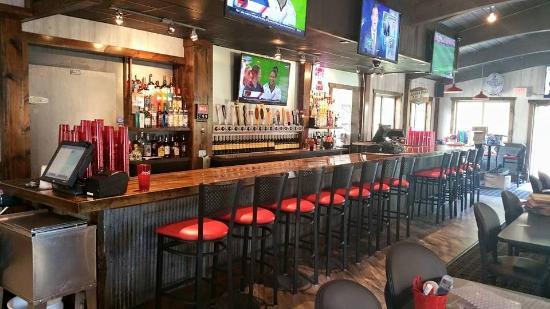 Detroit Lakes, MN: Awesome bar setup at dRock City. Plenty of TV's and tap beers!