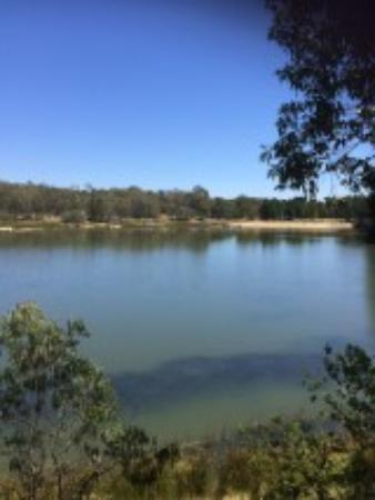Creswick, Australia: view back towards the beach area from the other side of the lake