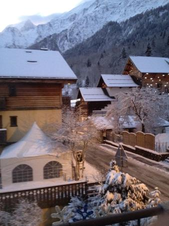 Les Houches, France: Bellevue building on the right which takes you to top of the mountain, you can purchase lift pas