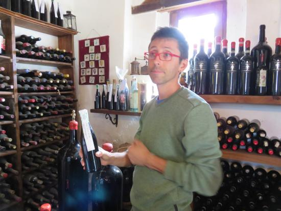 Montalcino, Italy: Giacomo sharing information about his wine.