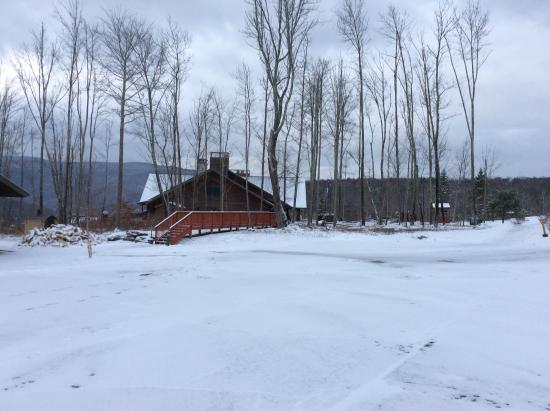 Margaretville, NY: Main lodge with bar and dining room