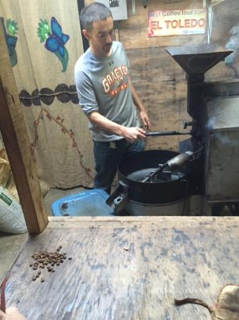 Atenas, Costa Rica: Roasting of the beans is an art form, with only seconds determining the level of roasting desire