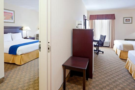 Carneys Point, NJ: Connecting Rooms, 1 King with 2 Queen beds