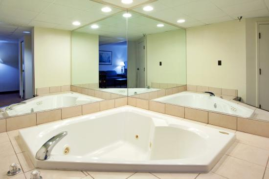 Chester, VA: Spacious Jacuzzi Suite for the perfect romantic weekend.