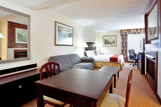 Chester, VA: Jacuzzi Suite dining table