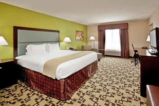 Troutville, VA: Spacious King Bed Guest Room with work desk & flat screen TV