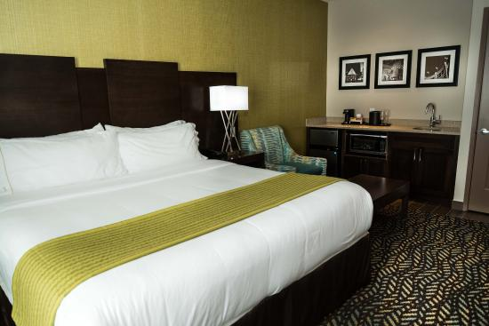 Spruce Grove, Canada: Relax in our huge king size bed after taking a soak in the jacuzzi