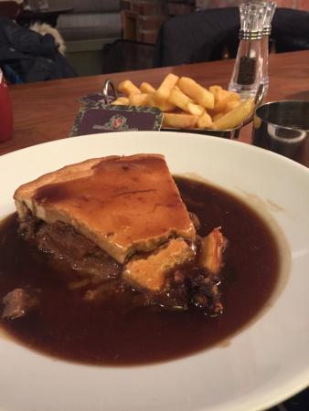 Beadnell, UK: Steak plate pie and chips delicious