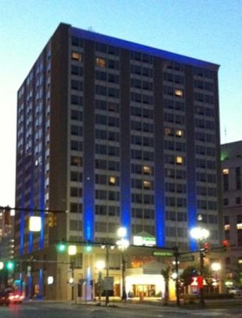Holiday Inn Express & Suites Downtown Photo