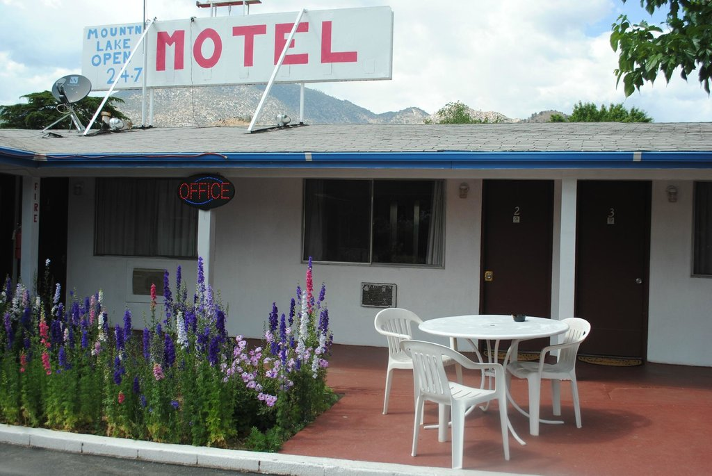 Mount-N-Lake Motel
