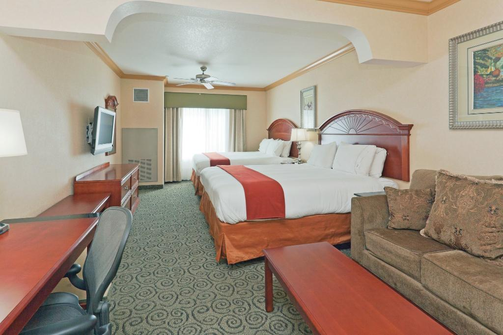 Holiday Inn Express & Suites Bakersfield Central