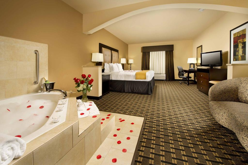 Holiday Inn Express & Suites Denton -