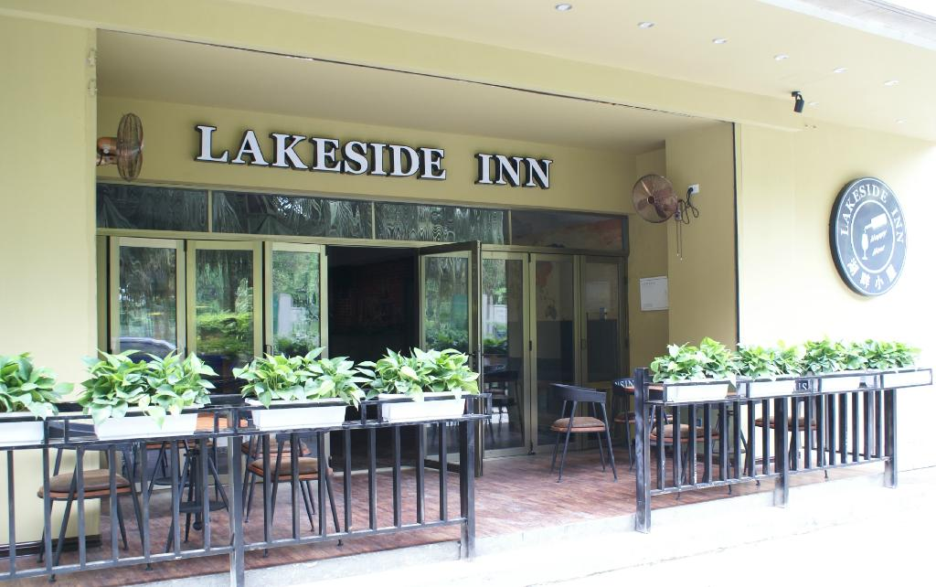 ‪Lakeside Inn‬