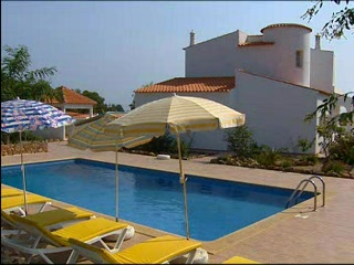 Thomson.co.uk video of the Quatro Marias in Armacao de Pera, Algarve